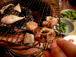 厚木シロコロホルモン千代乃の七輪網焼き