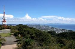 平塚湘南平のレストハウス展望台からのテレビ塔と相模湾