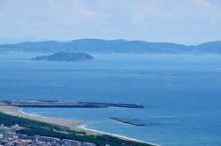 平塚湘南平のレストハウス展望台からの烏帽子岩と江ノ島