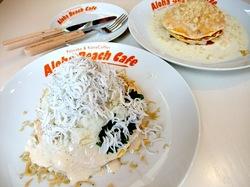 江ノ島Aloha Beach Cafe(アロハビーチカフェ)のしらすパンケーキとマカダミアナッツソースパンケーキ