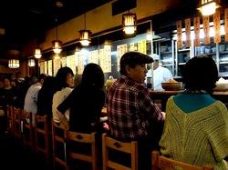 藤沢の老舗居酒屋久昇の店内カウンター