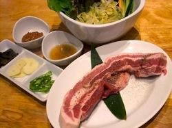 藤沢の韓国焼き肉料理湘南肉豚屋の極厚サムギョプサル