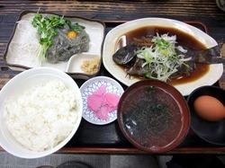 逗子小坪漁港ゆうき食堂の地魚メジナの煮付けと刺身一点盛り定食(生しらす)