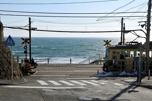 鎌倉市オリジナルナンバー&ご当地ナンバー鎌倉高校前の踏切と江ノ電