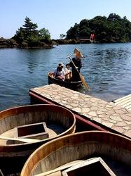 新潟県佐渡島の矢島経島のたらい船