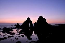 新潟県佐渡島の七浦海岸の夫婦岩の夕日