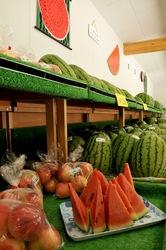 新潟県佐渡島の料理は西三川くだもの直売センターの桃とスイカ