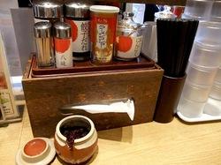 ラーメン丸源@鎌倉大船湘南深沢のテーブル調味料
