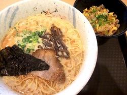 藤沢ミスターマックスのフードコートの豚骨ラーメン七志厨房のゴマニンとんこつラーメンと半チャーハン