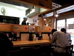 藤沢市辻堂鶏白湯ラーメンまる玉の店内
