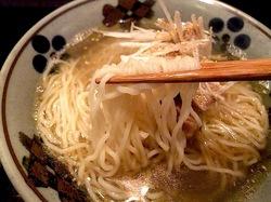 大船富士見町の和風ラーメンとりそばささの細ちぢれ麺