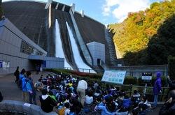 宮ヶ瀬ダムの紅葉と観光放流