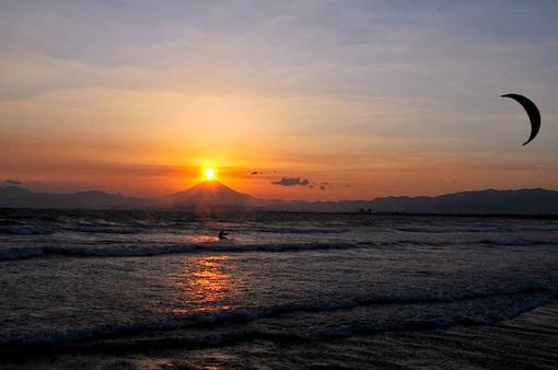 江ノ島片瀬海岸西浜のダイヤモンド富士夕日とカイトサーフィン