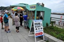 弁天橋と江ノ島をつなぐ遊覧船「べんてん丸」の乗船券売場