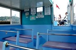 弁天橋と江ノ島をつなぐ遊覧船「べんてん丸」の船内