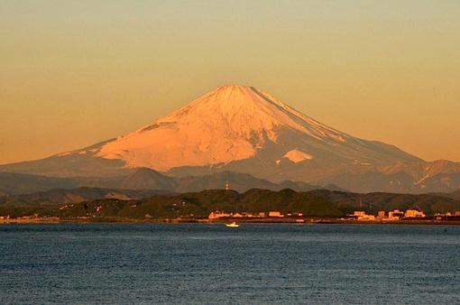 湘南江ノ島片瀬海岸西浜の朝日と富士山