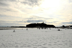 湘南江ノ島片瀬東浜からの雪景色