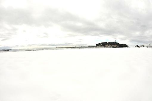 湘南江ノ島片瀬海岸東浜からの雪と海