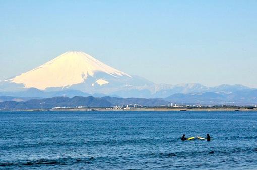 江ノ島片瀬海岸西浜の海と富士山とサーファー