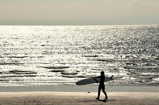江ノ島片瀬海岸東浜からの海とサーファー