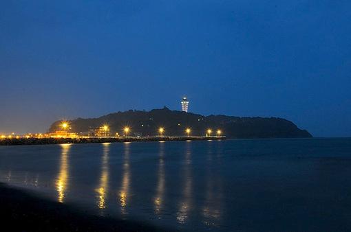 湘南の夜景片瀬西浜からの江ノ島/江の島はモンサンミッシェル
