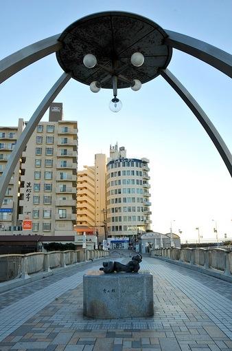 湘南江ノ島の変な像江ノ島弁天橋「雲の形」