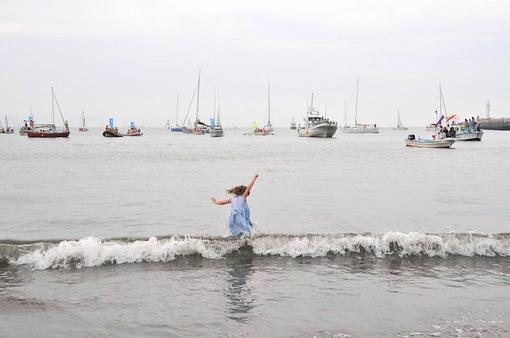 湘南江ノ島片瀬海岸東浜で遊ぶ女の子と男の子