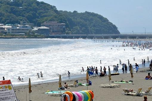湘南江ノ島片瀬海岸東浜から台風の波が高い海水浴場
