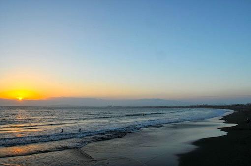 片瀬西浜から沈む夕日と紫色に染まる空