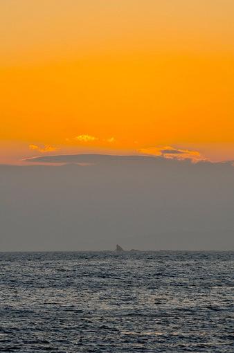 片瀬西浜から烏帽子岩を染める夕日