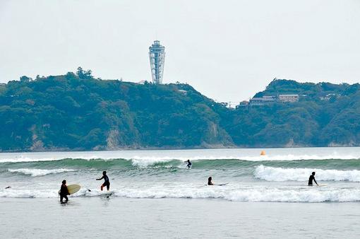 台風目前の湘南海岸公園からの江ノ島