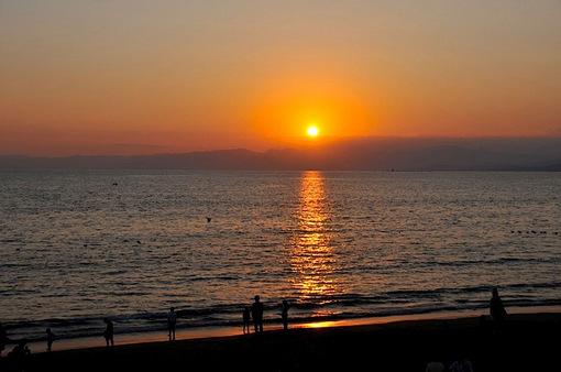 片瀬西浜から烏帽子岩と夕日