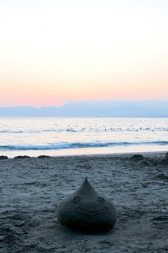 江ノ島片瀬海岸西浜の海岸にスライムが現れた