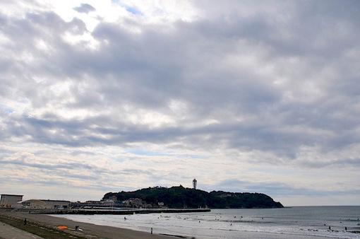 片瀬西浜から江ノ島を覆うモコモコの雲