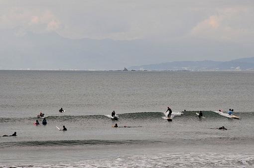 片瀬西浜から烏帽子岩バックのサーフィンとサーファー