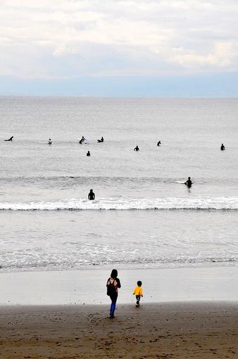 江ノ島片瀬西浜でサーファーと親子
