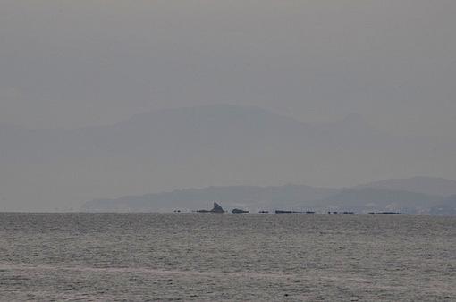片瀬西浜から秋に染まる江ノ島と陽光の烏帽子岩