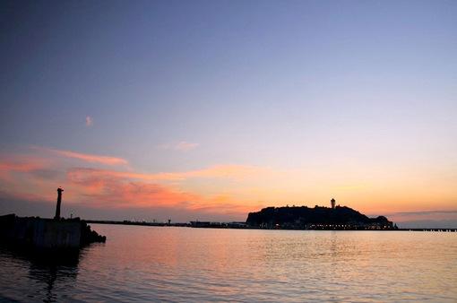 腰越漁港から片瀬東浜海岸越しの江ノ島と夕日