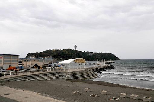 秋深まる曇り空の江ノ島