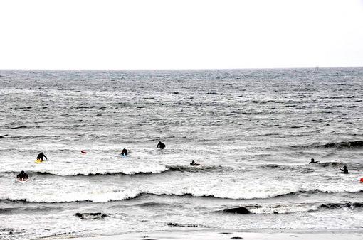 湘南江ノ島片瀬西浜で練習中のライフセーバー