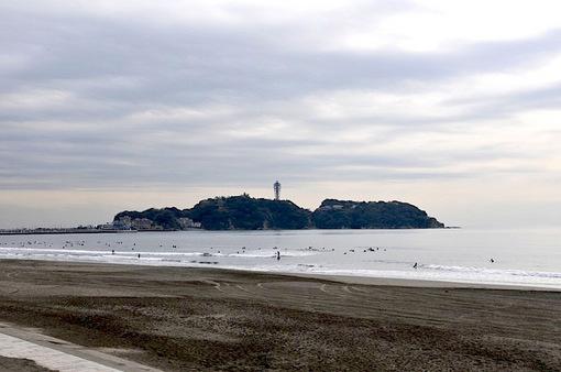 曇り空の江ノ島片瀬西浜