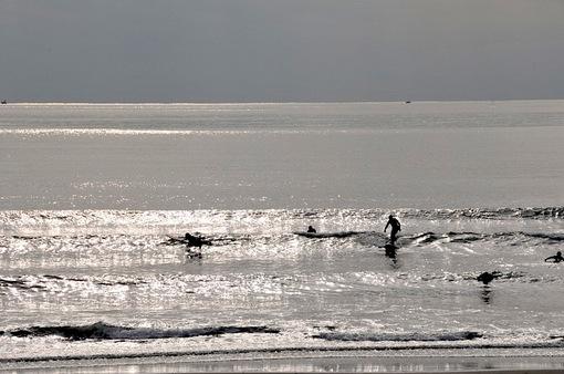 江ノ島片瀬西浜の曇り空とサーファー