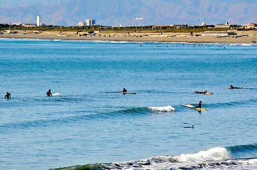 江ノ島片瀬西浜でのんびり海のサーファー
