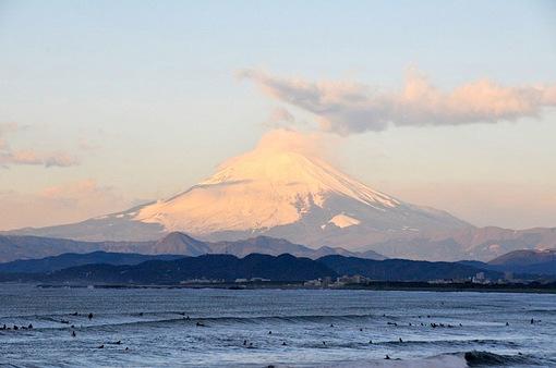 2015年初富士山は片瀬西浜からサーファーと