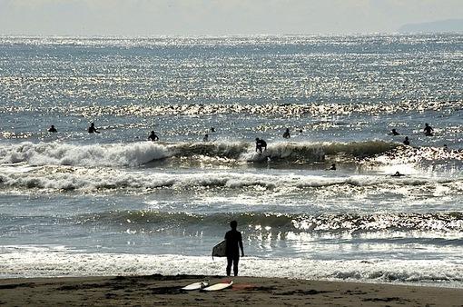 片瀬西浜から輝く海のサーファー