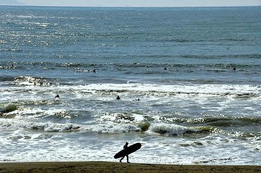片瀬西浜から江ノ島とサーファー