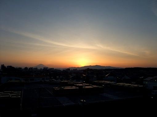 湘南モールフィルからの夕日で富士山と丹沢大山の稜線