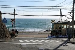 鎌倉市のご当地ナンバー鎌倉高校前の踏切と江ノ電と海