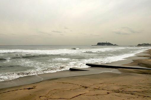 鎌倉七里ガ浜海岸から見た波のある海と江ノ島