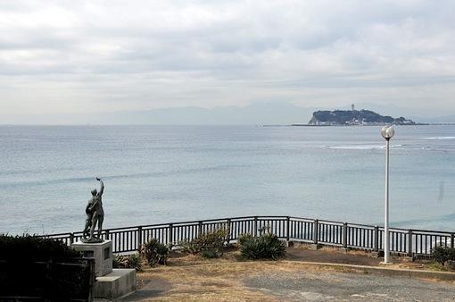 鎌倉稲村ガ崎の逗子開成中学校ボート遭難の碑と江ノ島と海